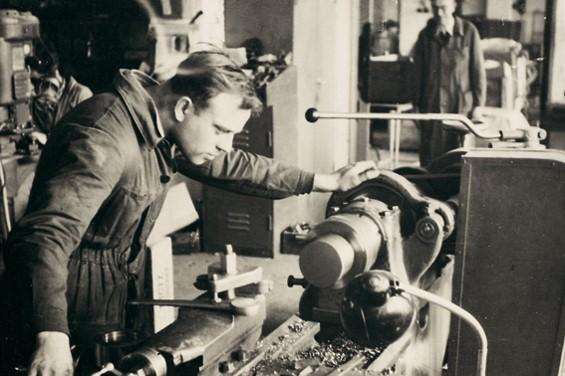 Siegfried Hofmann an Drehmaschine